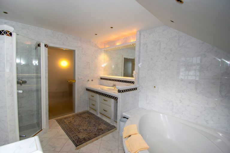 Villa Salza Obergeschoß - Elternschlafzimmer Bad